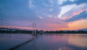 Le vieux nuage mobile de pont en bois Photos libres de droits