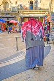 Le vieux Palestinien avec un marcheur Image stock