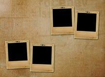 Le vieux papier glisse pour des photos sur le fond rouillé Images libres de droits