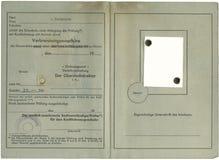 Le vieux permis de conduire allemand, d'isolement sur le petit morceau Image libre de droits