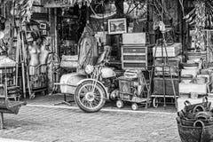 Le vieux personnel à l'entrée aux antiquités font des emplettes au marché aux puces de Jaffa photos stock