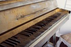 Le vieux piano d'abandon, se ferment  Photo stock