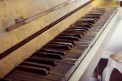 Le vieux piano d'abandon, se ferment  Photo libre de droits