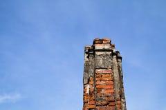 Le vieux pilier de briques avec le ciel bleu Images stock