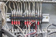Le vieux point électrique de connecteur de fil dans l'usine image libre de droits