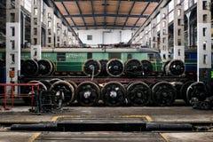 Vieux trains de polonais dans le hall de service photographie stock libre de droits