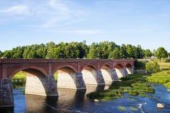 Le vieux pont au-dessus du venti photographie stock