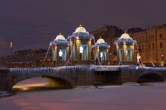 Le vieux pont avec des décorations de Noël Images stock