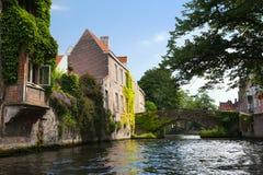 Le vieux pont de brique au centre de Bruges Photo libre de droits