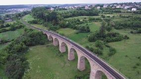 Le vieux pont en chemin de fer, construit dans la période de l'empire austro-hongrois en Ukraine occidentale dans la région de Te banque de vidéos