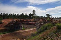 Le vieux pont en pierre et en métal au sao Domingos a abandonné le mien Photographie stock