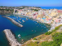 Le vieux port de pêche de Corricella sur l'île de Procida, Italie Photo stock