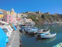 Le vieux port de pêche de Procida, Italie Photos libres de droits