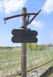 Le vieux poteau de signe en bois photographie stock