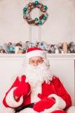 Le vieux père Christmas se repose et fait des gestes Image stock