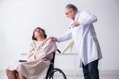 Le le vieux psychiatre et patient masculins de docteur dans le fauteuil roulant image stock