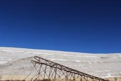 Le vieux pylône, est tombé, contre un paysage de désert Photos libres de droits