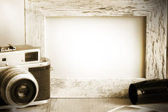 Le vieux rétros appareil-photo et photo encadrent le fond de vintage Image libre de droits