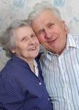 Le vieux rire heureux de couples jusqu'à un pleure Photos stock