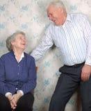 Le vieux rire heureux de couples jusqu'à un pleure Photographie stock