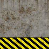 Le vieux risque noir et jaune barre le mur de signe [02] Image libre de droits