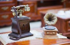 Le vieux téléphone et le phonographe images stock