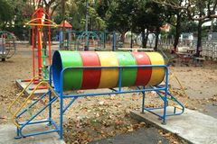 Le vieux terrain de jeu extérieur coloré Photo libre de droits