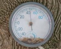 Le vieux thermomètre superficiel par les agents dehors et a signalé à un arbre - environ 45 degrés  images libres de droits