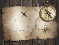 Le vieux trésor pirate la carte de ` avec la boussole sur la table en bois illustration 3D Image stock