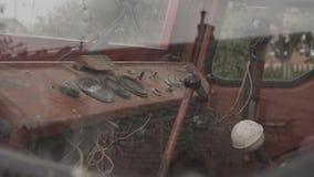 Le vieux tracteur rouillé mesure étroit  clips vidéos