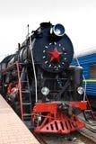 Le vieux train de vapeur part d'une gare Photos libres de droits