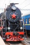 Le vieux train de vapeur part d'une station Photos libres de droits