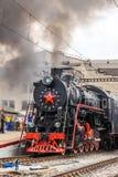Le vieux train de vapeur part d'une station Image libre de droits
