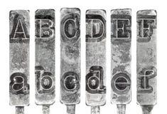 Le vieux Typebar de machine à écrire marque avec des lettres A à F d'isolement dessus  Photo stock