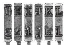 Le vieux Typebar de machine à écrire marque avec des lettres G à L d'isolement dessus  Images stock