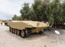 Le vieux véhicule de combat israélien d'infanterie se trouve sur le chantier commémoratif près du musée blindé de corps dans Latr photo stock