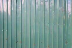 Le vieux vert s'est rouillé fond ondulé de texture de mur photo stock