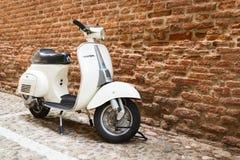 Le vieux Vespa s'est garé sur la vieille rue à Vérone Photo libre de droits