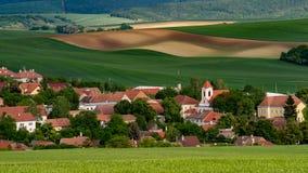 Le vieux village de Moravian avec le pré met en place dans l'heure d'été images libres de droits