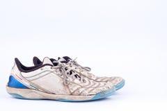 Le vieux vintage a endommagé les chaussures futsal de sports sur le fond blanc d'isolement Images stock