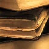 Le vieux vintage sale âgé réserve le plan rapproché de sépia, grand macro détaillé, bokeh doux, couverture en cuir noire Images libres de droits