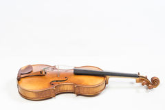 Le vieux violon, d'isolement sur le fond blanc Alto, instrument pour la musique images libres de droits