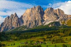 Le village dans les dolomites, Italie Image libre de droits