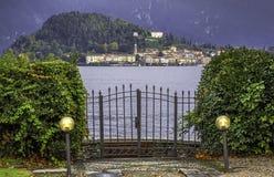 Le village de Bellagio à travers le lac Como photographie stock libre de droits