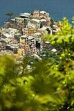 Le village de Corniglia, Cinque Terre vue d'un chemin sur la colline donnant sur la mer image libre de droits