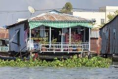 Le village de flottement dans le Doc. de Chau, Vietnam images libres de droits
