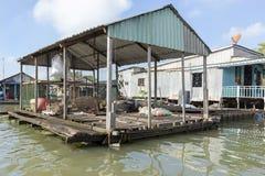 Le village de flottement dans le Doc. de Chau, Vietnam image libre de droits