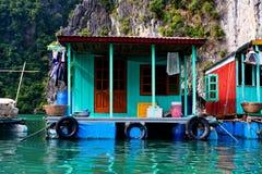 Le village de flottement de Kuah blême près de l'île de Daw Guo dans Halong aboient au Vietnam Les bateaux authentiques nationaux Photographie stock