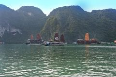 Le village de flottement de Kuah blême près de l'île de Daw Guo dans Halong aboient au Vietnam Les bateaux authentiques nationaux Image libre de droits