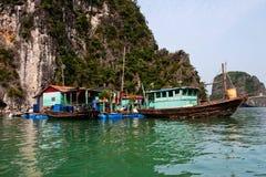 Le village de flottement de Kuah blême près de l'île de Daw Guo dans Halong aboient au Vietnam Les bateaux authentiques nationaux Photos stock